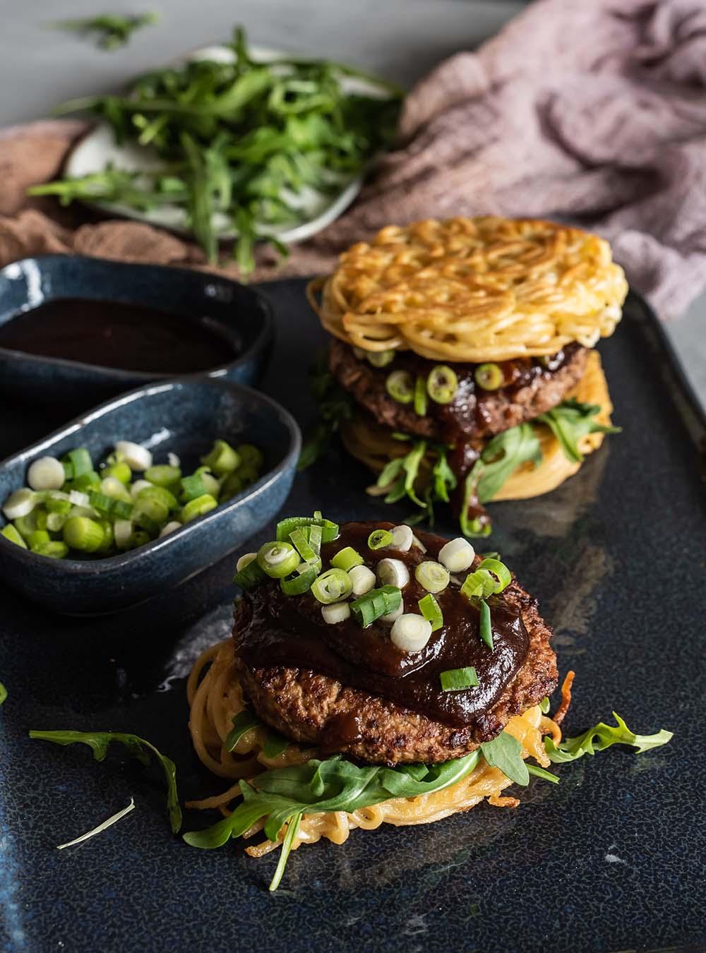 Original Ramen Burger mit Frühlingslauch wie beim Smorgasburg Food Market