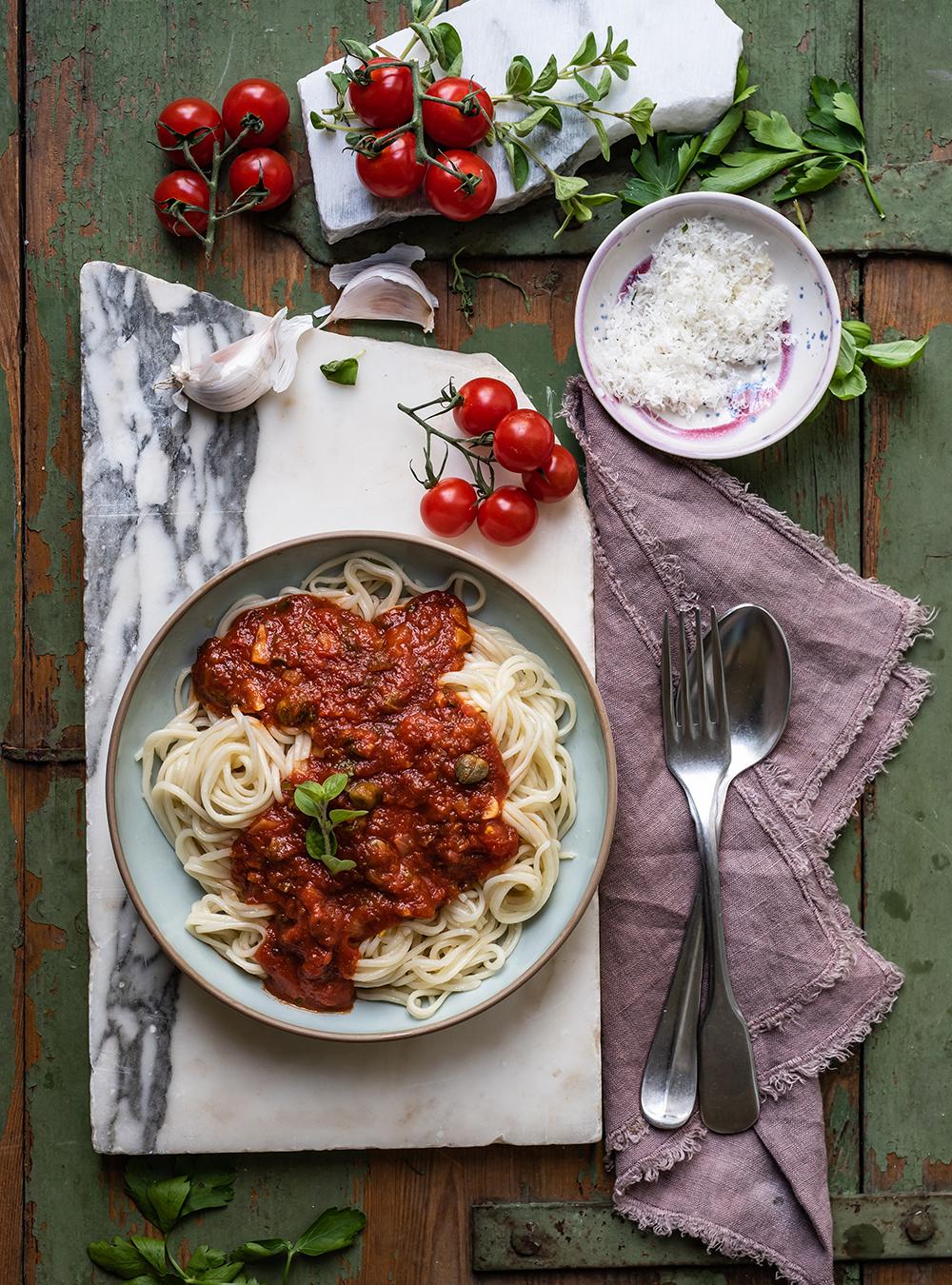 Selbstgemachte Spaghetti mit Tomatensauce Marinara,