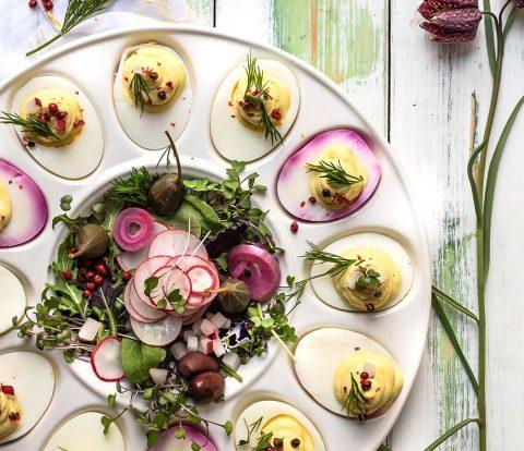 Allerbeste Deviled Eggs - eine herrlich bunte Platte mit gefüllten Eiern