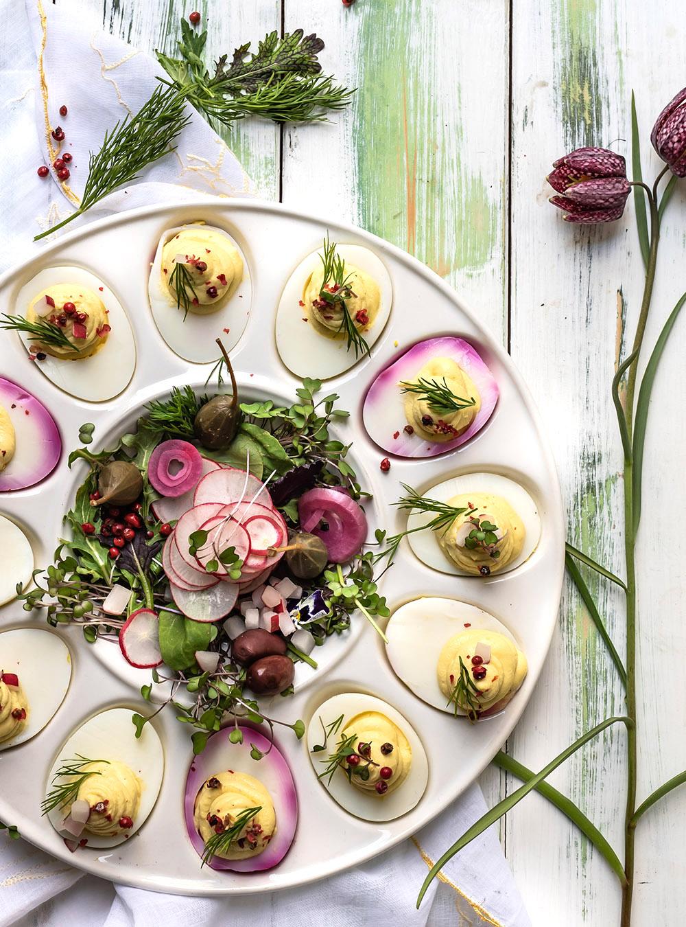 Allerbeste Deviled Eggs - eine Platte mit gefüllten Eiern