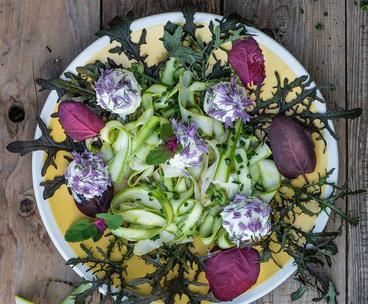Spargelsalat mit Frischkäsebällchen und Schnittlauchblüten