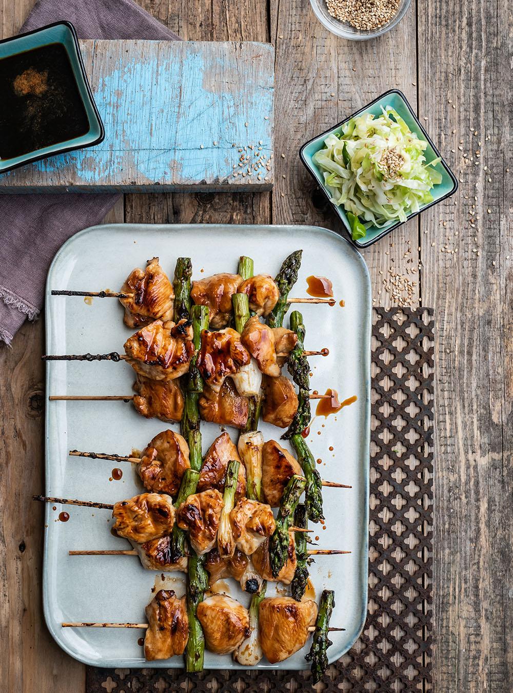 Yakitori 焼(き)鳥 - gegrillte japanische Hähnchenspieße mit Lauch und Spargel