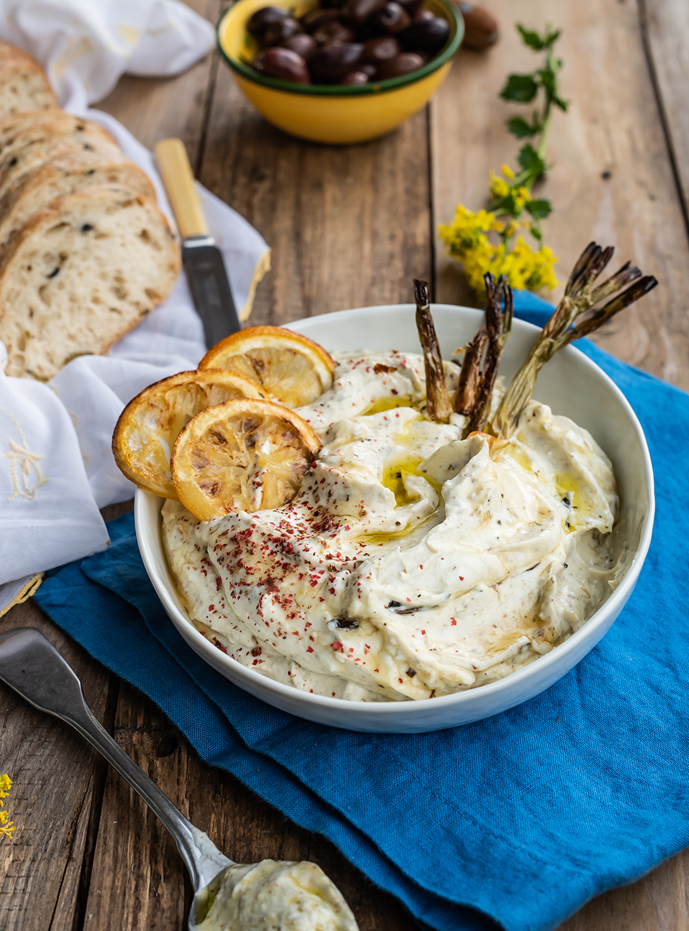 Luftig-cremiger Feta Dip mit geröstetem Lauch und Zitrone