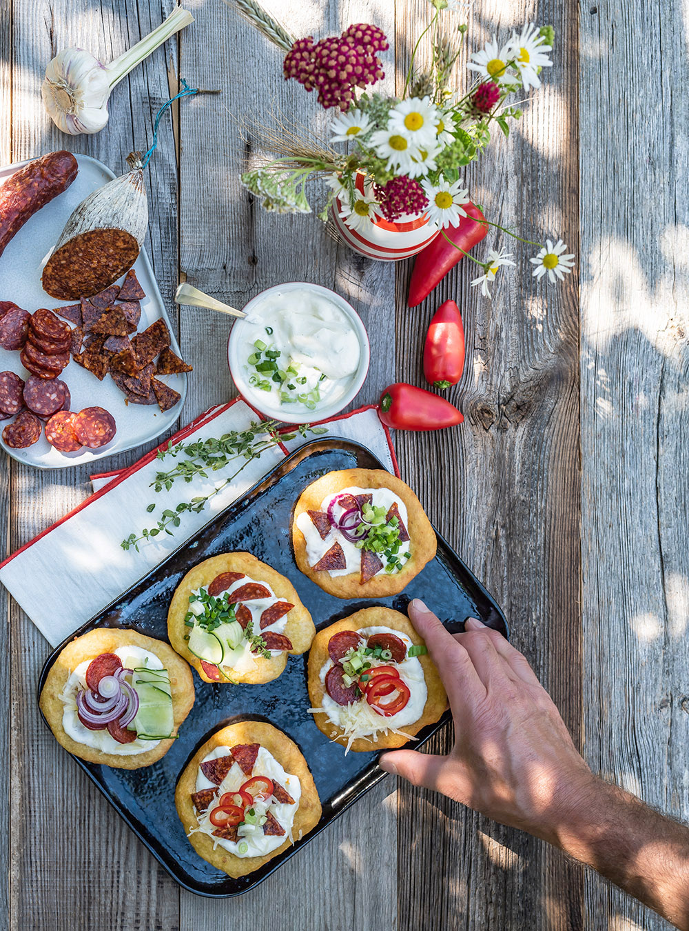 Knusprige Lángos aus Kartoffelteig mit Salami