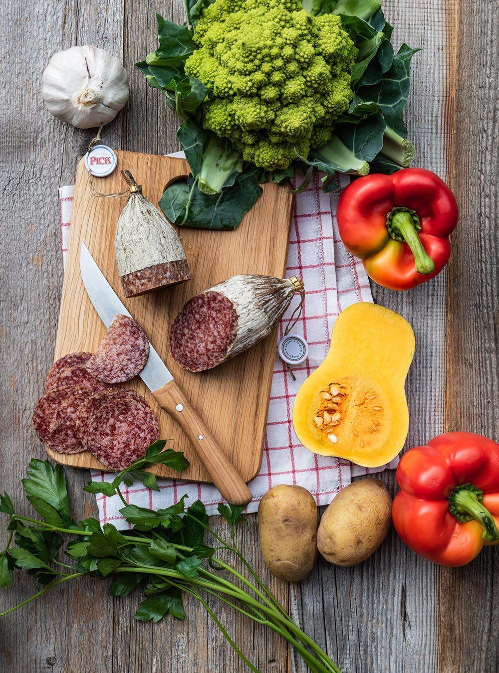 Hähnchen vom Blech mit Smashed Potatoes, Kürbis, Salami & Paprikadip