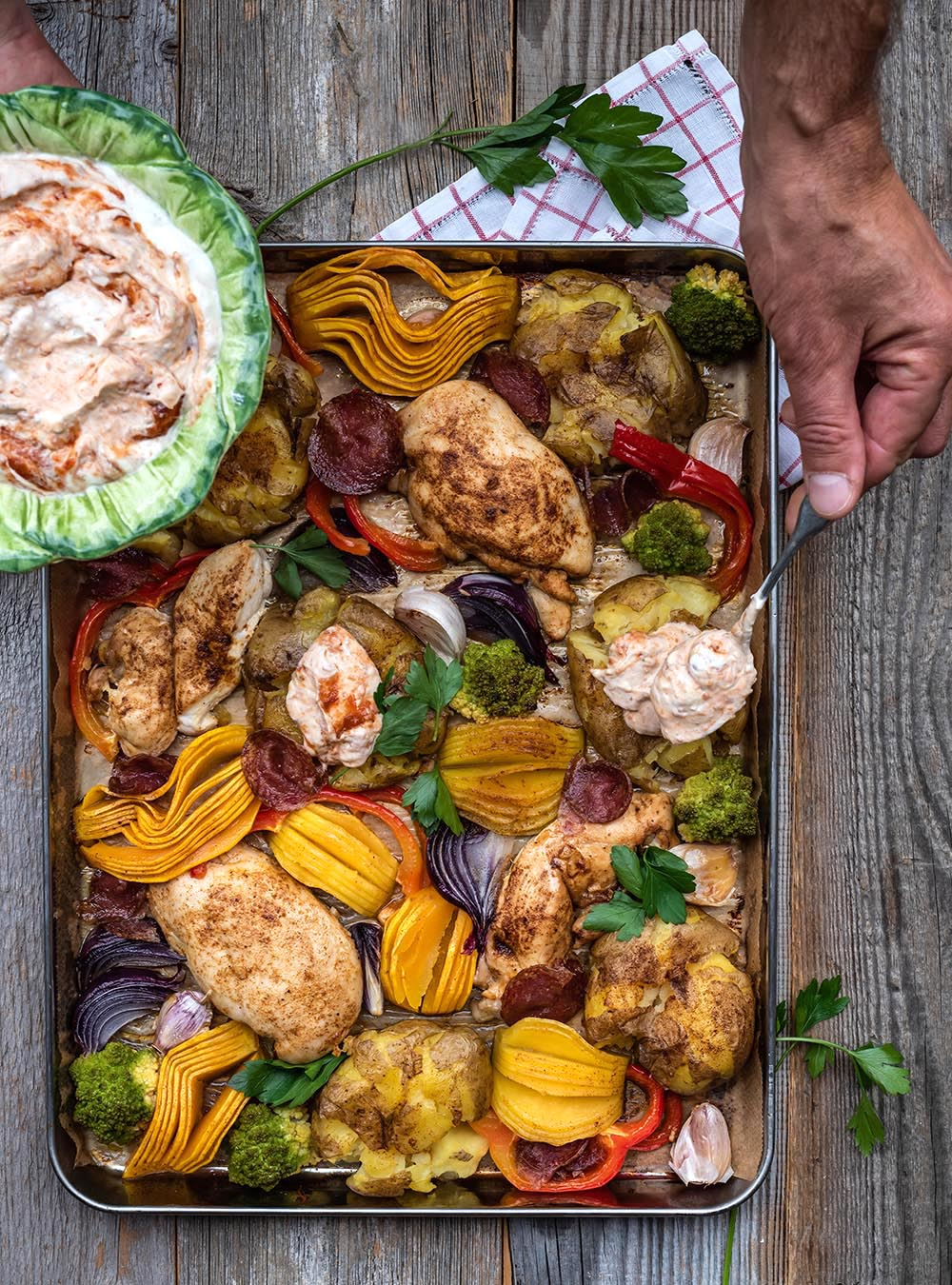 Huhn vom Blech mit Smashed Potatoes, Kürbis & Paprikadip