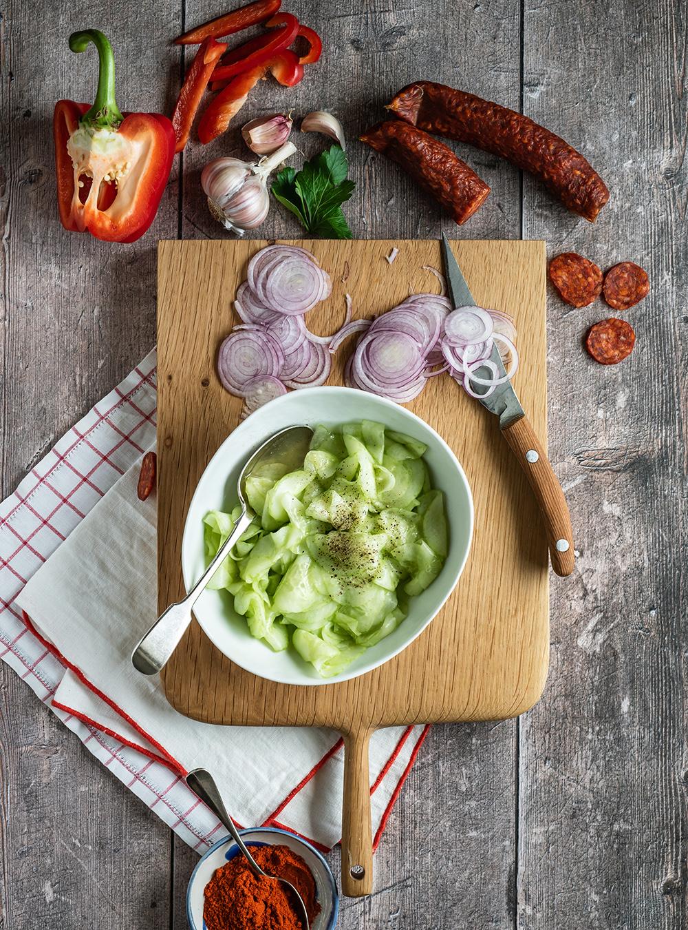 Saftiges ungarisches Gulasch - Rinder Schmortopf mit Paprikasalam