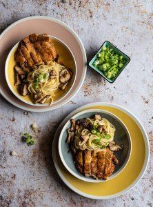Steak aus Hähnchenschenkel mit Miso-Spaghetti