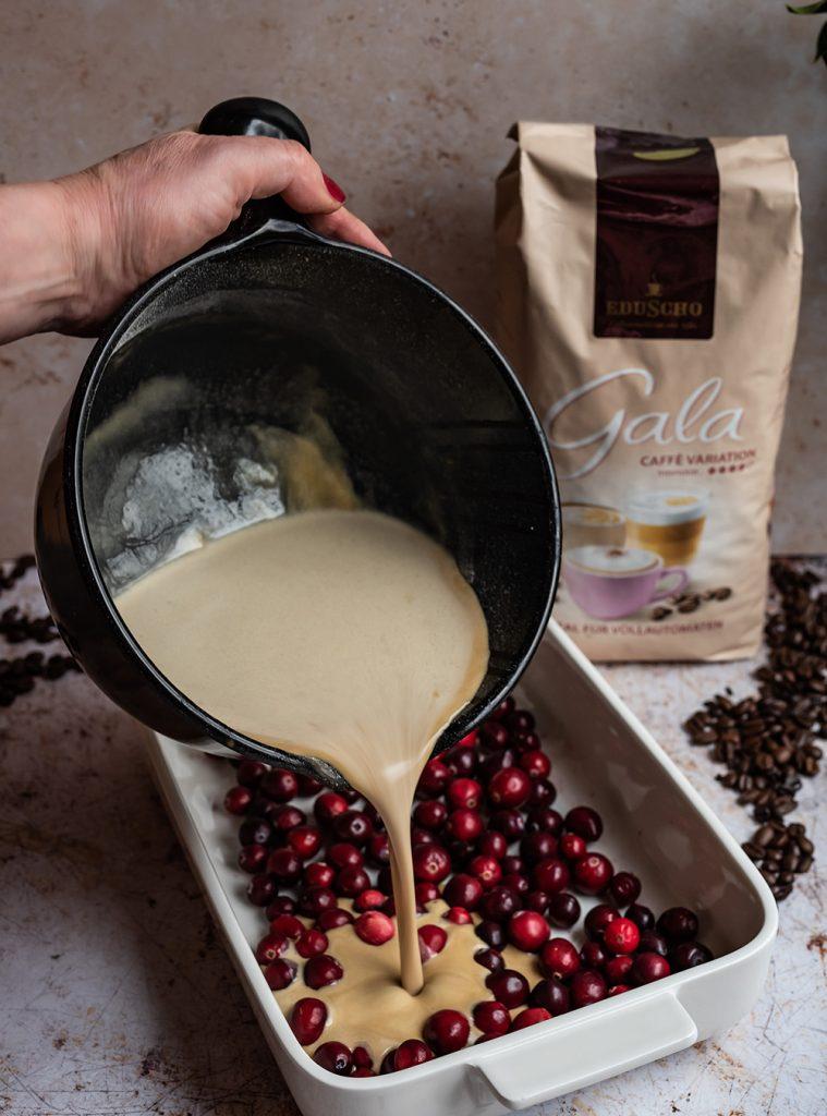 Clafoutis mit Cranberries und Kaffee