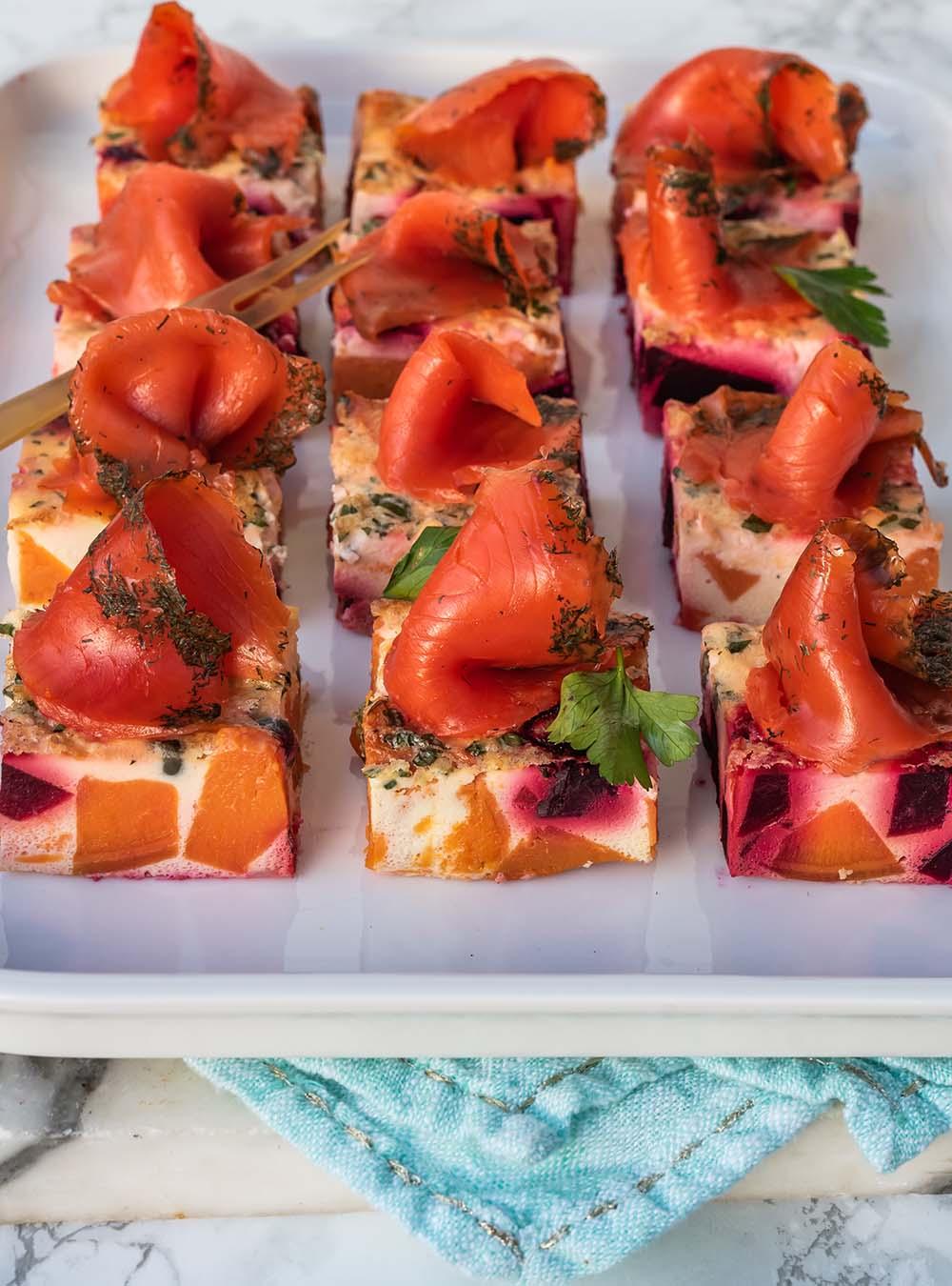 Graved Wildlachs auf Ofen-Frittata-Würfeln mit Süßkartoffeln und Rote Bete - unkompliziertes Feierabendgericht, Vorspeise und Partyfood
