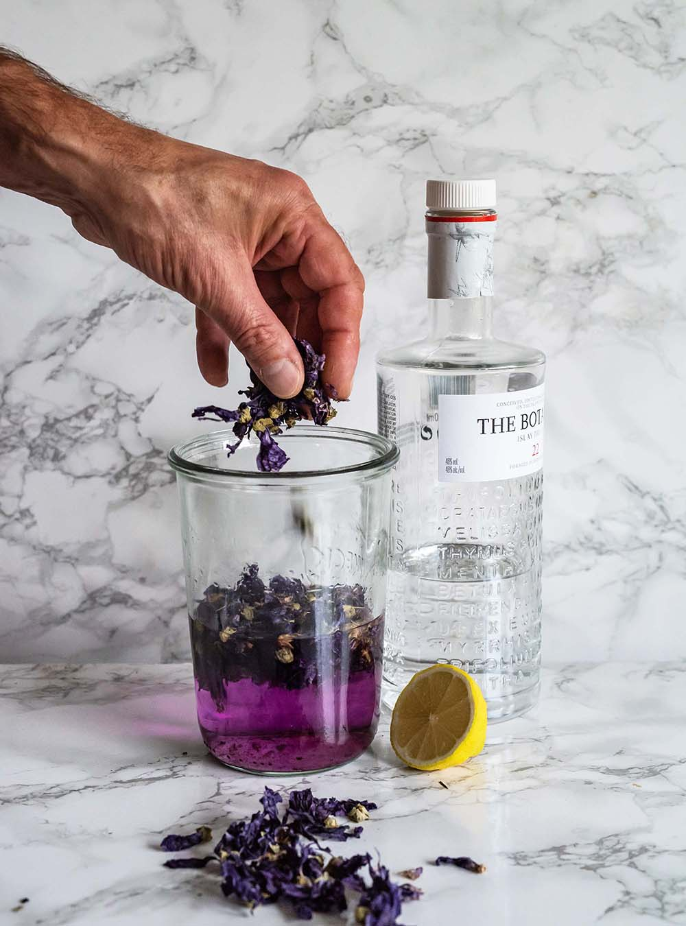 Pink Gin & Tonicund die Anleitung für ein Gin Mazerat aus blauer Malve