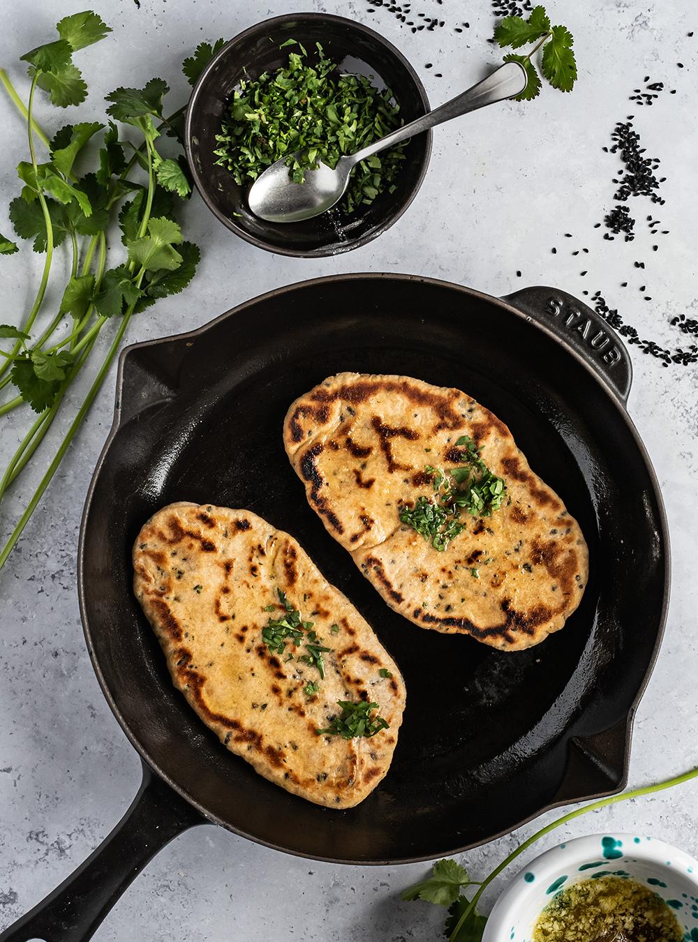 Naan Brot aus der Pfanne mit Vollkorn und Schwarzkümmel
