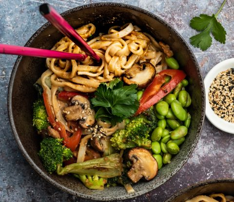 Vegane Asia Nudel Bowl mit Erdnuss-Sauce