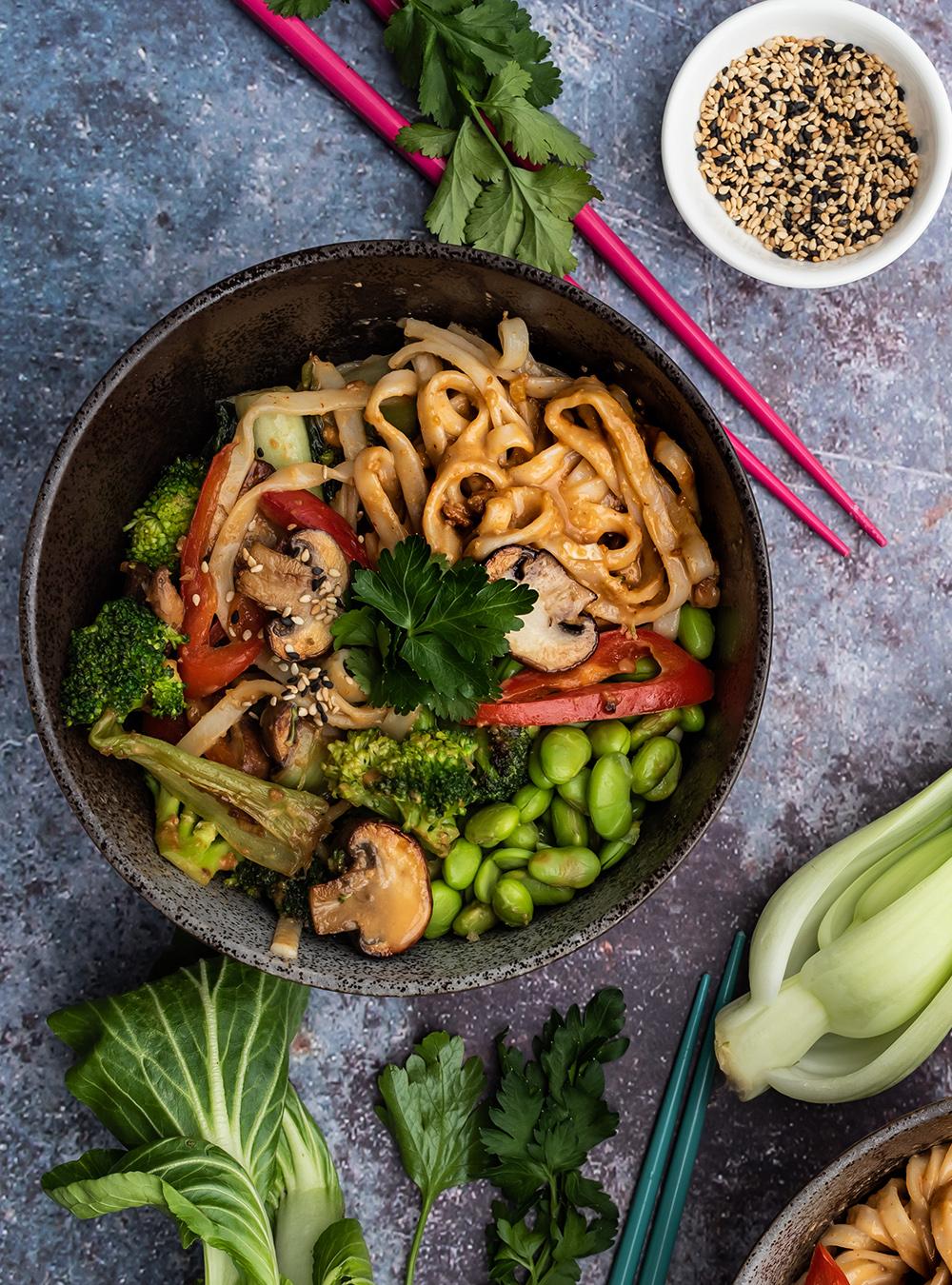 Vegane Asia Nudel Bowl mit Erdnuss-Sauce - mit viel, knackigem Pfannenemüse,