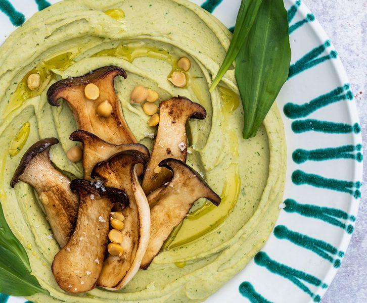 Sehr cremiges Bärlauch Hummus mit gebratenen Kräutersaitlingen - Snackification