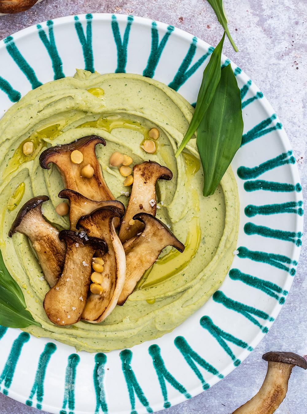 Sehr cremiges Bärlauch Hummus mit gebratenen Kräutersaitlingen