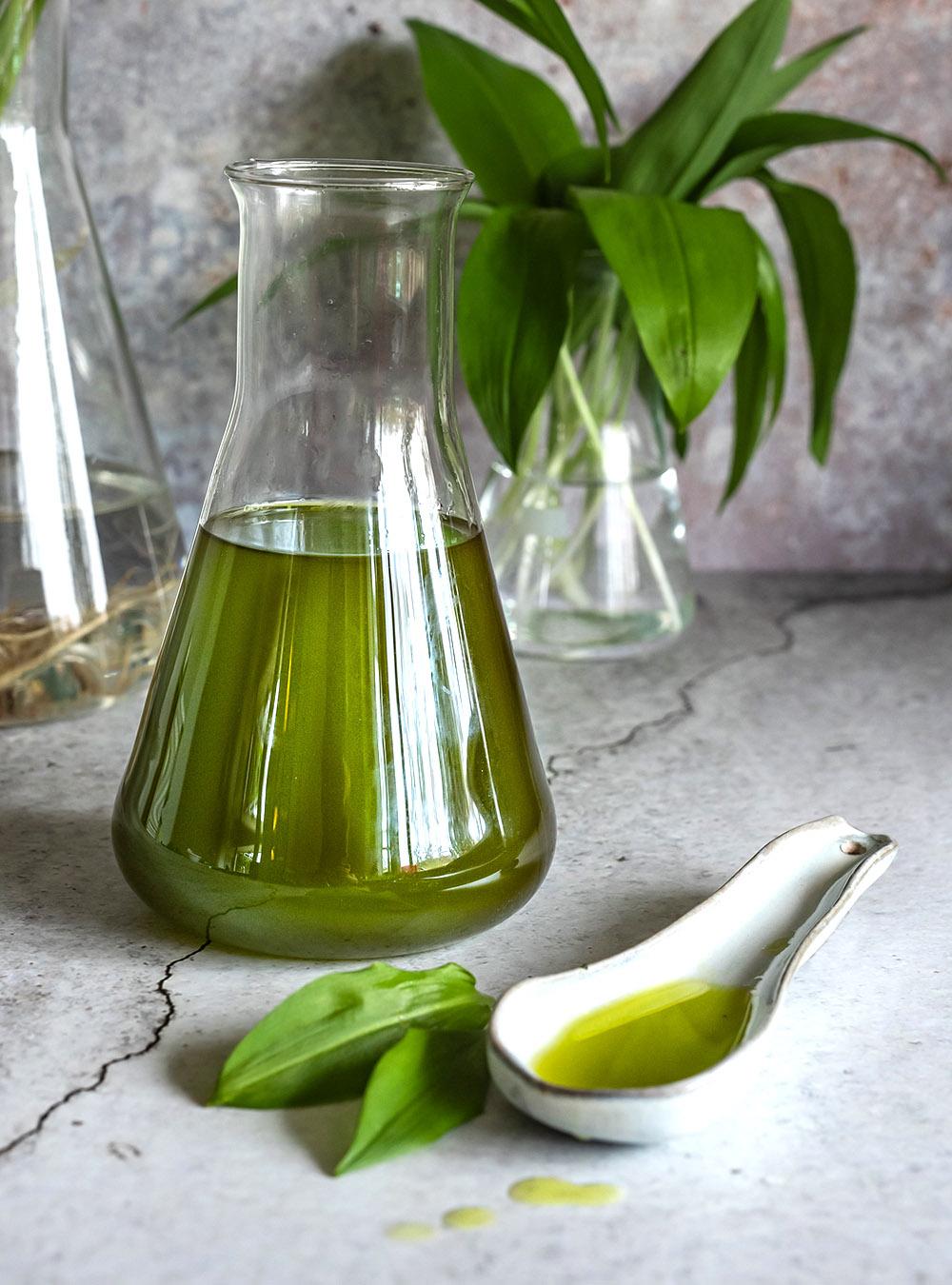 Bärlauchöl schnell und einfach selbstgemacht - sehr aromatischer, warmer Ölauszug