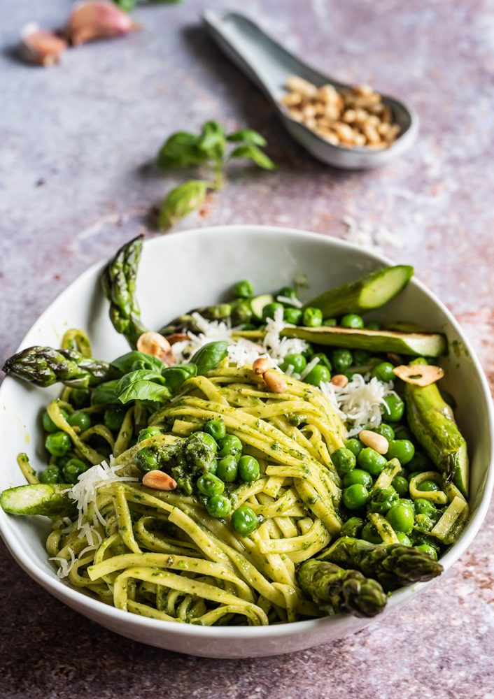 Pasta mit Pesto, Erbsen und Spargel - Schnelle, leichte Frühlingsküche