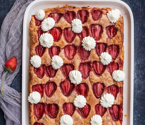 Blitzschneller Erdbeerkuchen mit köstlichen, im Ofen gerösteten Erdbeeren
