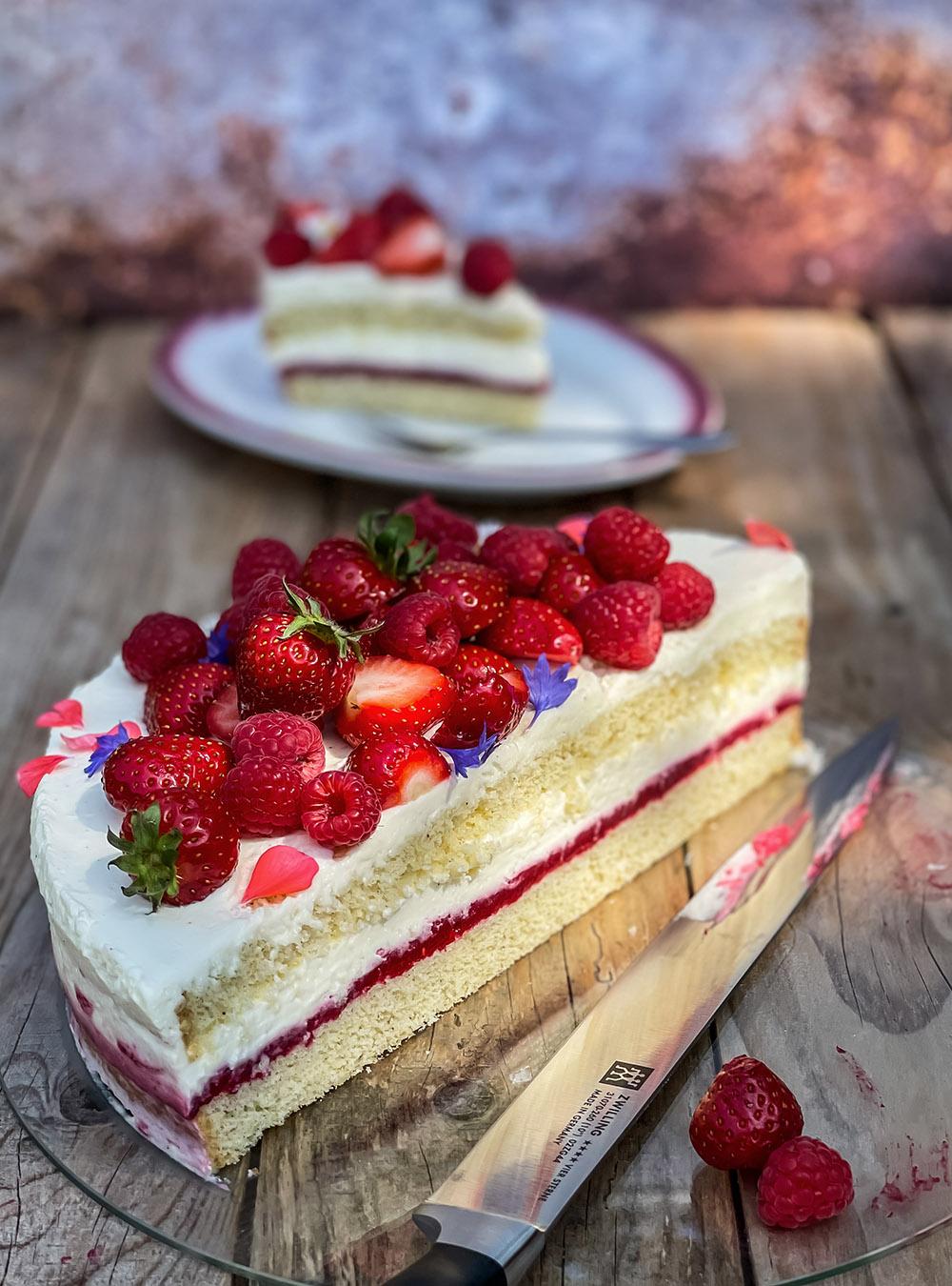 Einfache Himbeer-Erdbeer-Torte - gelingsicherer Obstkuchen