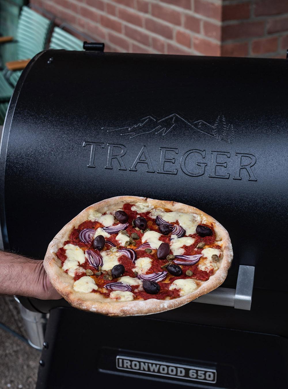 Italienische Pizza Pugliese vom Traeger Pellet Grill