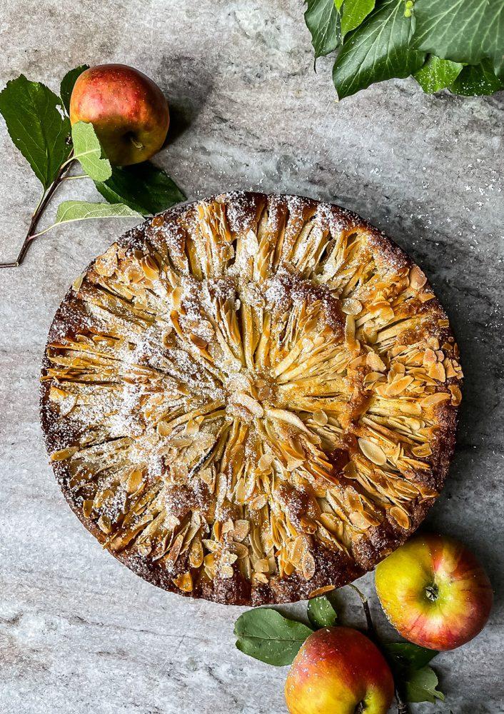 Blitzschneller Apfelkuchen mit Mandeln und herbstlichen Gewürzen.
