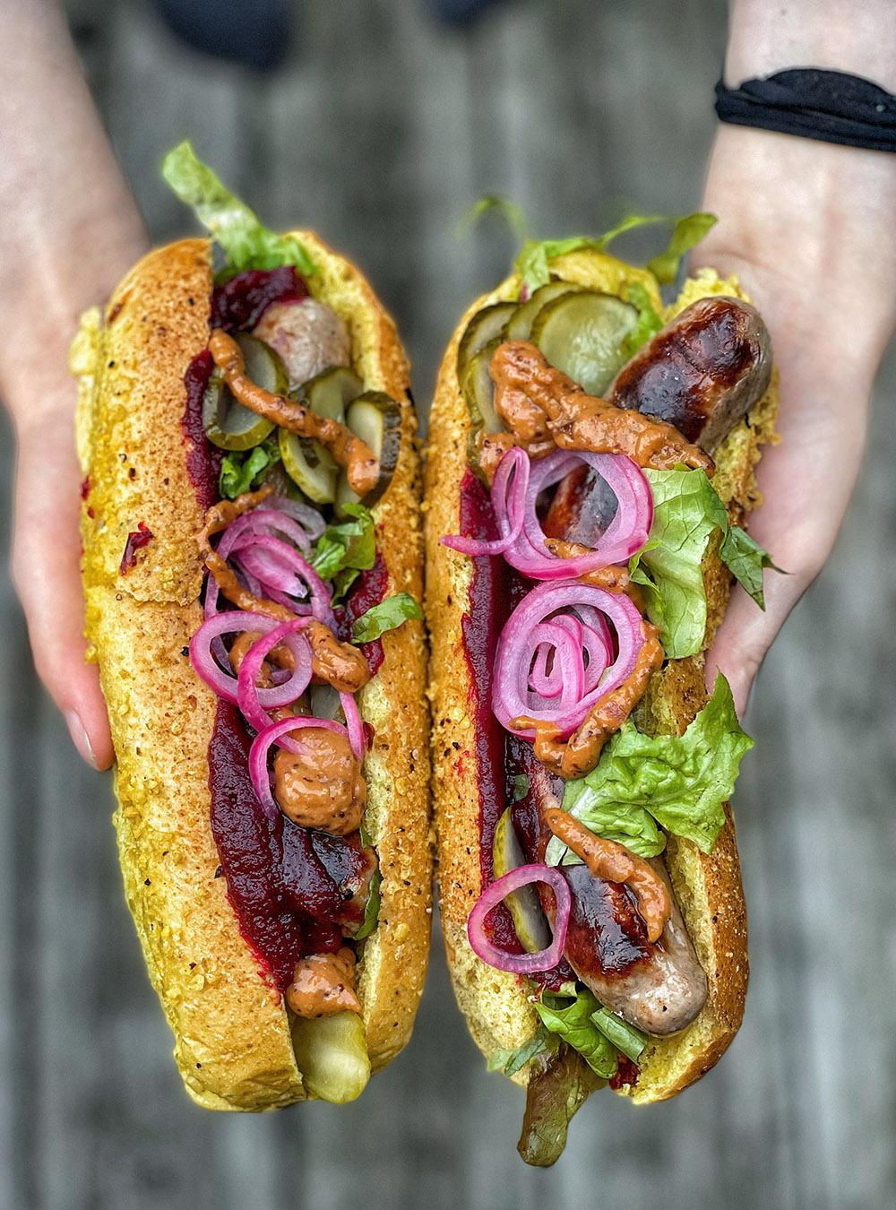 Hot Dog vom Grill mit Rote Bete Ketc