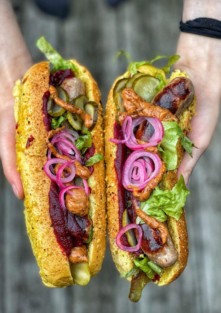 Hot Dog vom Grill mit Rote Bete Ketchup und Senfsauce