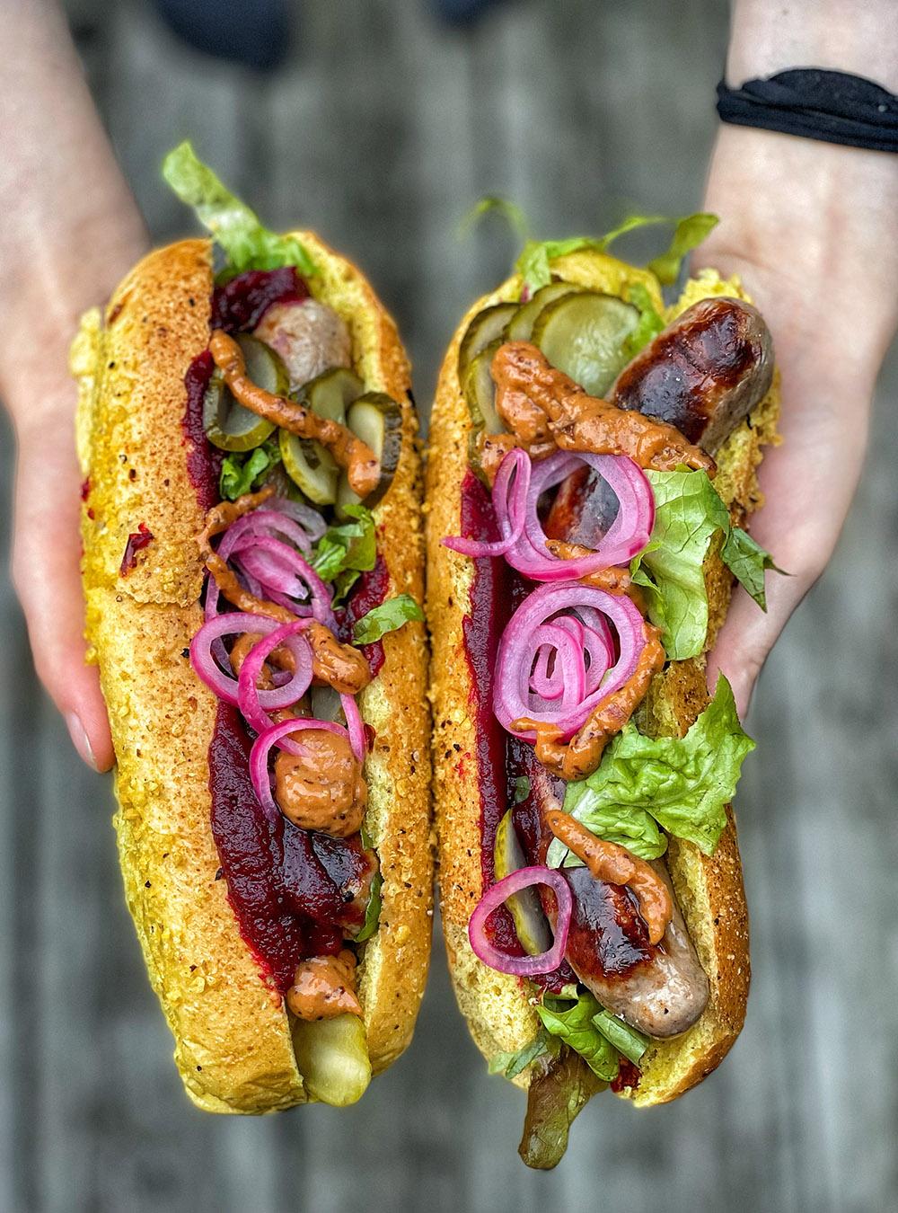 Hot Dog vom Grill mit Rote Bete Ketchup und Senfsauce | Rezept