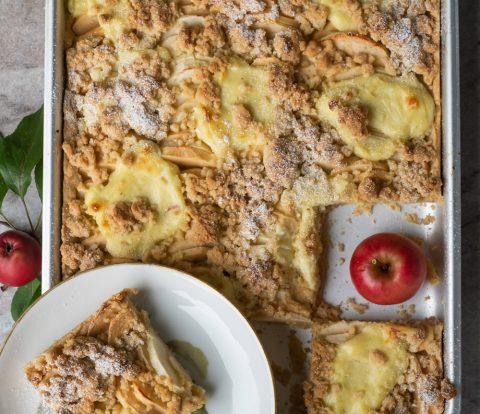 Einfacher Apfelkuchen vom Blech mit Pudding und Streuseln, schnell und gelingsicher gebacken, so lecker mit cremigen Vanillepudding Flecken