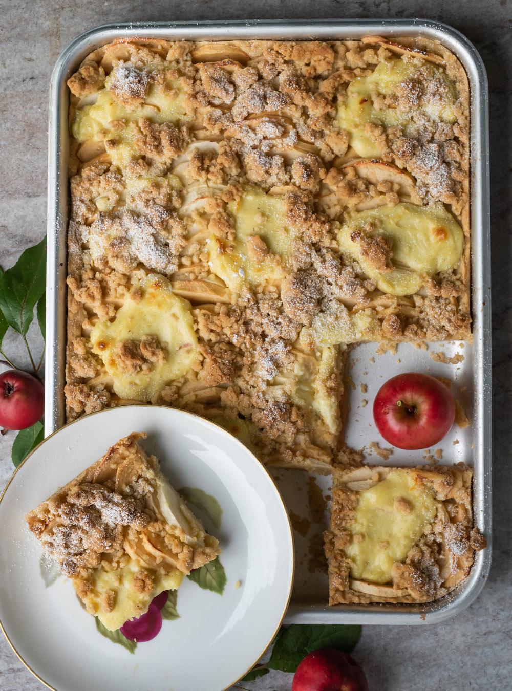 Einfacher Apfelkuchen vom Blech mit Pudding und Streuseln | Rezept